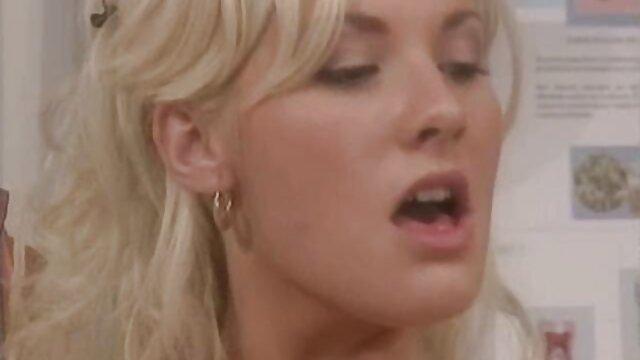 XXX nessuna registrazione  Bellezza inserimento di un dilatatore nella vagina video erotici lesbiche e mostrando la cervice